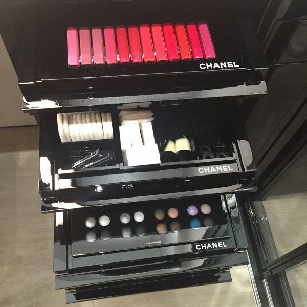 Make up Display für Lippen und Augen im Chanelgeschäft Hamburg